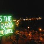 Vista dalla camera fronte mare di notte