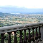 in de verte het meer van Trasimeno ( vanaf Cortona)