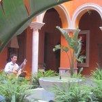 В центральном дворике стоят столики и звучит гитара