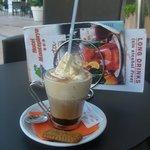 Чашечка кофе в баре.