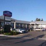 Welcome to the Howard Johnson Express Inn Lethbridge