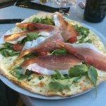 Pizza Bianca (crème, mozzarella, roquette, tomates cerises, jambon speck, pesto)