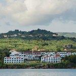 Вид на отель с пиратского корабля