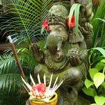 庭に祀られたガネーシャ