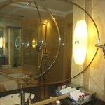 バスルームの鏡・小さい鏡で横・後ろを見ることができます。
