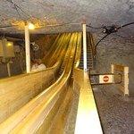 滑り台、鉱夫が地下に降りるのに使われていました。