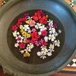 У главного входа всегда свежие цветы