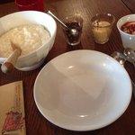 ライスプディングとミニヨーグルト。ナッツと塩キャラメルソースはお好みで。これまた絶妙でしたが食べ切れませんでした…
