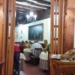 Interior del restaurante que cuenta con 2 salas y un reservado