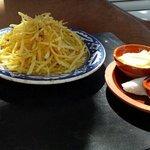 Patatine fresche con salse come aperitivo