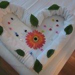 Décoration du lit par le personnel de nettoyage