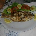 Frischer Fisch vom Holzkohlegrill