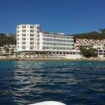 Bilde av hotellet tatt fra båt rett utenfor.