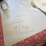 注文はテーブルクロスに書かれます