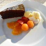 Auch das Dessert ist selbstgemacht : Schokoladenkuchen mit Eis und Früchten