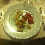 Assaggio di coda di rospo con patate e pomodorini al forno