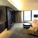 大螢幕電視及舒適的沙發