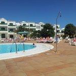 La piscina sin mucha sombra pero es buena cubre hasta 2.30 m y hay otra para peques de 0.5 m