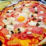 Bonnes et belles pizzas au feu de bois,bien garnies :) Cadres auberge à l'italienne Service sy