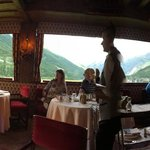 panoramica dalla sala da pranzo: a sx il Gran Paradiso e i suoi ghiacciai a dx il Monte Bianco