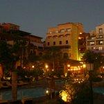 Una vista del hotel desde la piscina