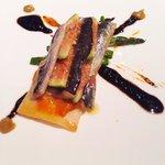 Coca de sardinas, brevas, tomillo, trigueros y aceitunas negras