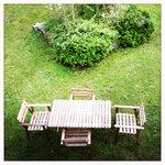 Il tavolo in giardino, dove gustare le colazioni di Roberta, a base di plumcake da le sfornati e