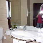 baño muy espacioso, con luz natural