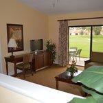 Sala de estar com quarto de casal e varanda