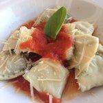 Ravioli de espinafre ao molho de tomate - delicioso