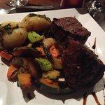 Ojo de bife, legumes e batata rústica.