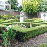 the garden with the statue of Carolus Clusius
