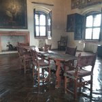 Sala con tavolo e camino