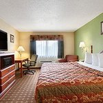 Photo de Days Inn & Suites Benton Harbor MI