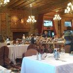 Salão do café da manhã com mesa GIGA ao centro
