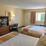 Relax Inn Perry Room