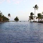 Piscina del hotel con vistas a la playa