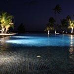 Piscina del hotel con vistas a la playa por la noche