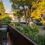 Балкон и вид во двор отеля