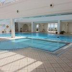 La piscine n'est pas si sale que la photo d'un internaute. Et oui sa se nettoye une piscine...