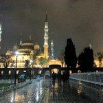 Sur la place entre les deux mosquées