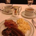 warm ontbijt met spek, ei, worstjes en champignons