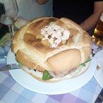 Rosca de lomo con patatas bravas