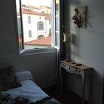 Une vue de la chambre single qui se trouve dans 1 petit donjon, charmant