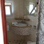 La très mignonne et fonctionnelle salle de bain de la chambre single