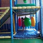 parque infantil con piscina de bolas