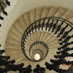majestuosa escalera en caracol del hotel