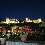 ночная Альгамбра-вид из кафе в районе Альбасина