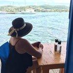 Disfrutando de la vista desde Dinghy Dock mientras me tomo una rica taza de café.