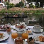 朝食をイル川小舟で・・・・♪♪